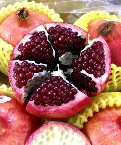 Lựu có vỏ hạt màu đỏ đậm, mọng nước và ngọt thanh